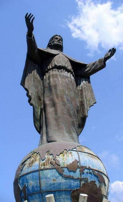 Статуя Кристо Рей сделана из меди.