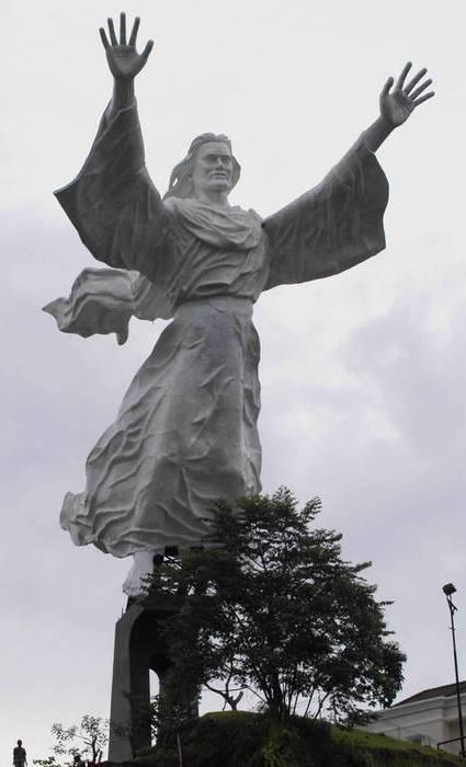 Высота статуи: 30 метров/Пьедестал: 18 метров.