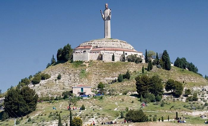 Статуя  построена в стиле ар-деко.