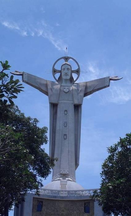 Высота статуи: 32 метра/Пьедестал: 4 метра.