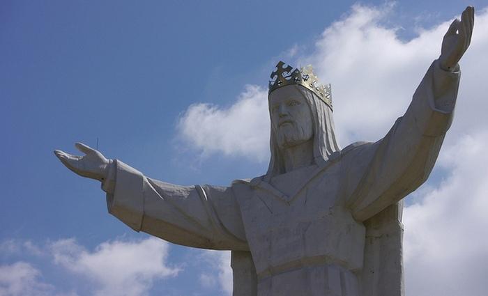 Статуя выполнена из бетона и стекловолокна.