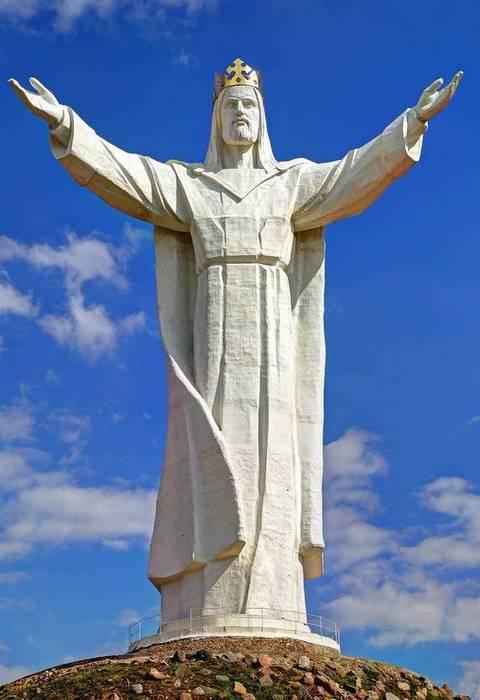 Вес статуи составляет 440 тонн.