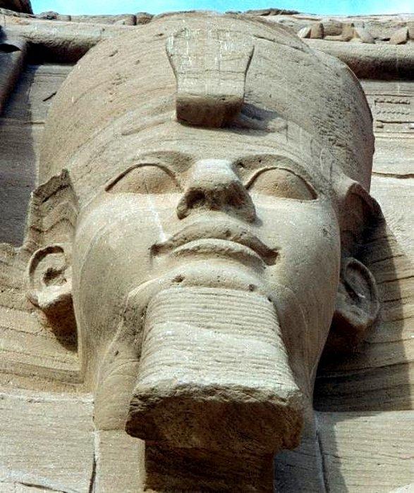 Одна из четырех статуй, изображающих сидящего Рамзеса II, в Абу-Симбеле.