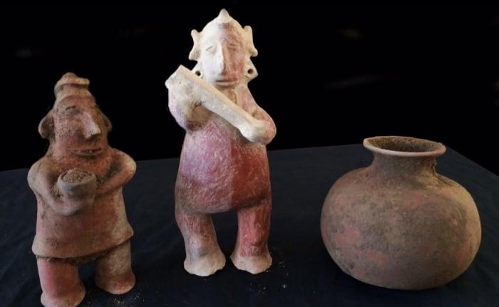 Предметы из неповрежденной гробницы периода Комала.