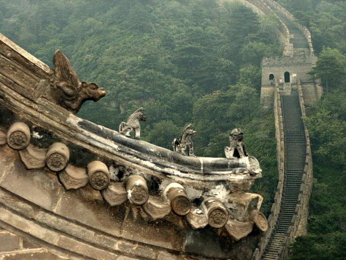 Скульптуры на Великой китайской стене.