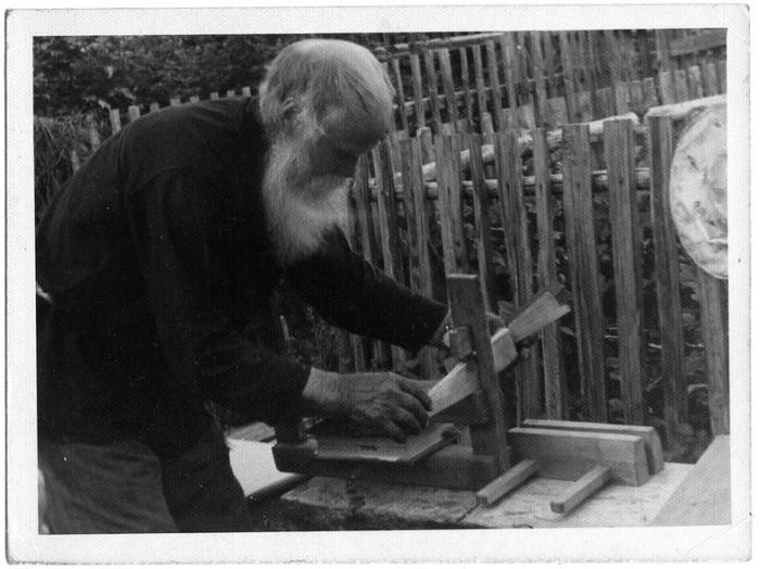 Хозяин огромной библиотеки старинных книг Иван Тарасьевич за переплетным станком для книг. 1970-е.