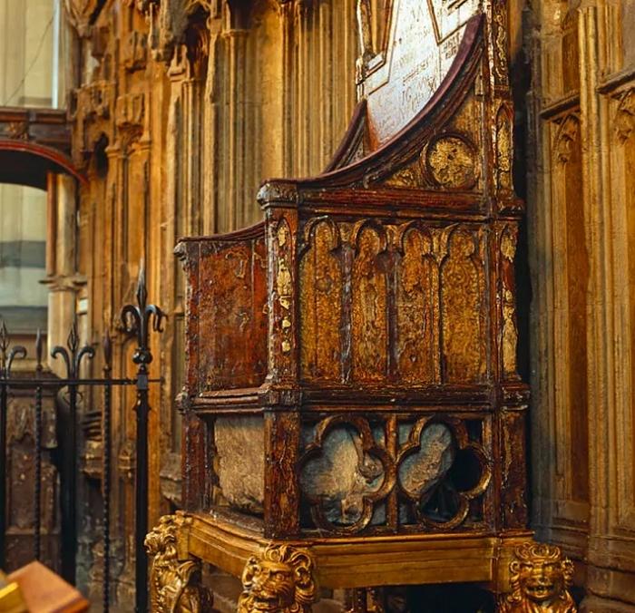 """Камень Судьбы в """"Коронационном троне"""" в Вестминстерском аббатстве."""