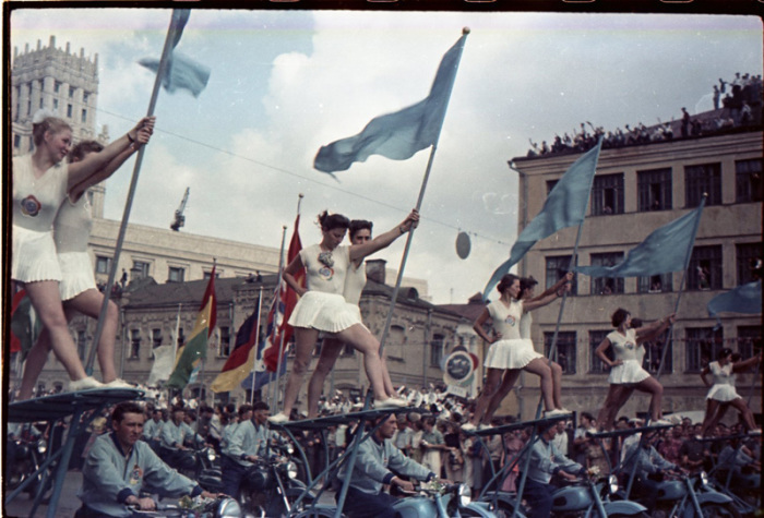 Сознательная советская молодёжь на параде.