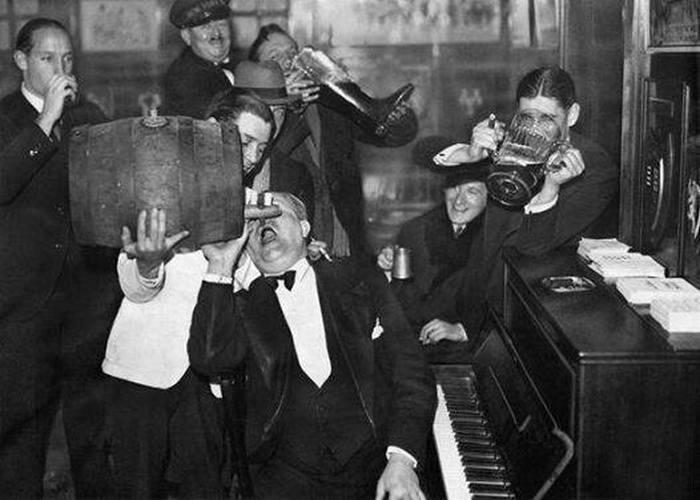 Празднование отмены сухого закона в одном из баров.