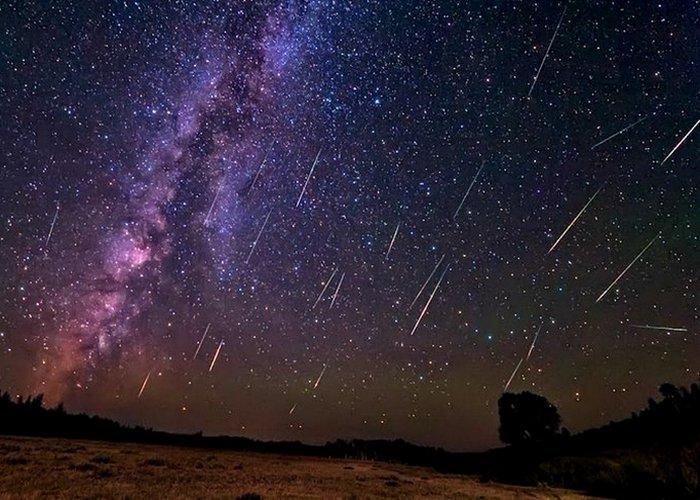 Падающие звезды - раздвинутые богами небеса.
