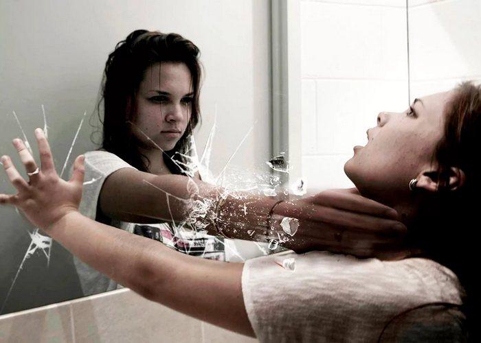 Разбитое зеркало принесет семь лет несчастий.