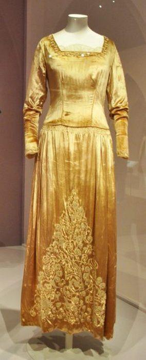 Свадебное платье из золотого бархата, 1927 год. В нем Мод Сесил вышла замуж за Ричарда Гревилла.