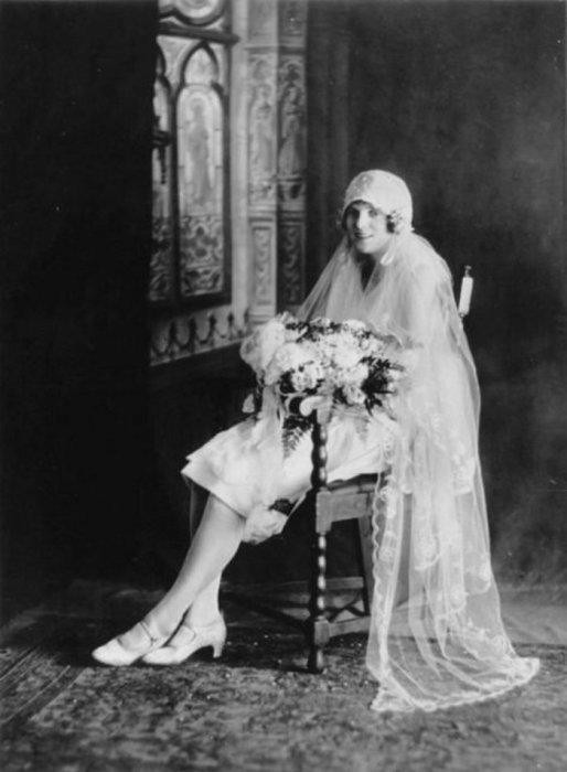 Студийный портрет невесты в шляпке-клош.