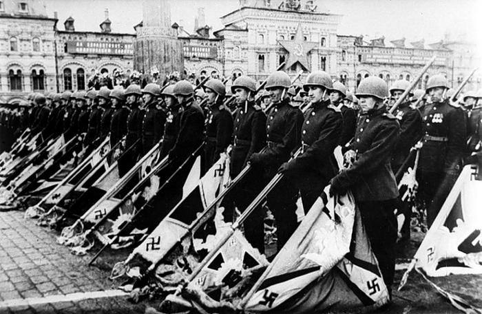 Свастика поверженных нацистов на параде Победы в Москве.