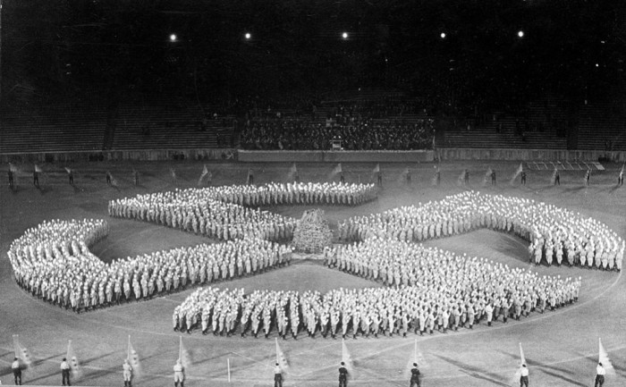 Молодые гитлеровцы выстроились в форме свастики.  1933 год. Германия.