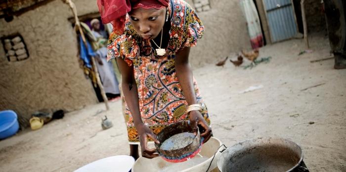 Теперь Ума официально считается замужем, и ее допустили на кухню готовить еду для семьи.