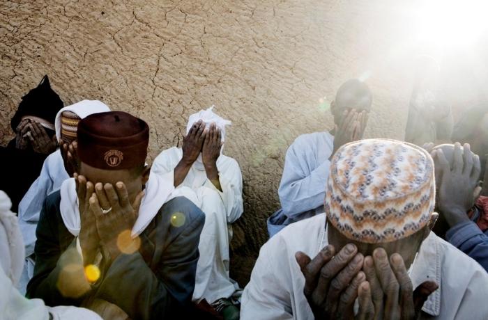 Все селение молится, чтобы боги были благосклонными к семье Умы и Хамида.