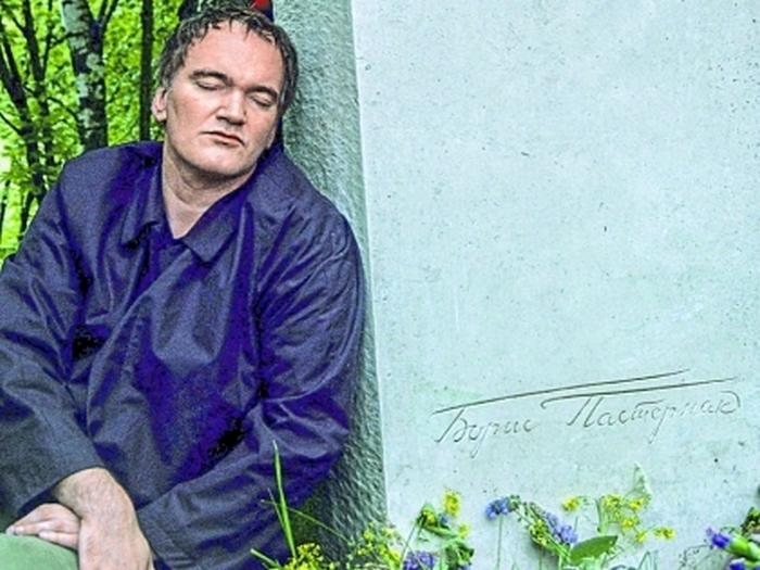Квентин Тарантино на могиле своего кумира.