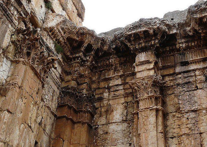 Пилястры Храма Вакха.