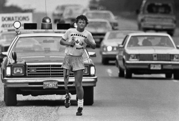 Терри Фокс во время его марафона надежды.