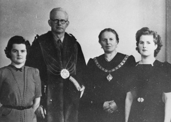 Альфред и Беатрис Робертс с дочерьми Муриэль и Маргарет (справа), 1945 год./ Фото: vietbao.org
