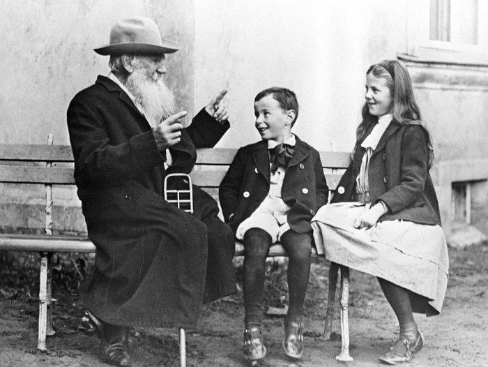 Софья Толстая с братом и легендарным дедом.