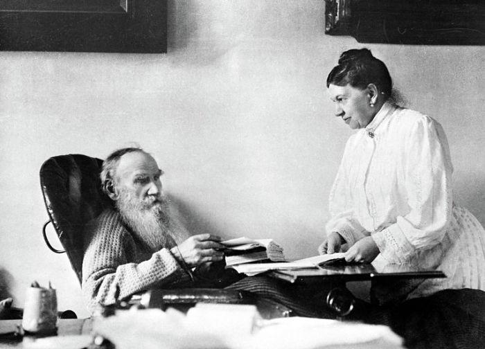Лев Николаевич Толстой с женой Софьей Андреевной в Ясной Поляне. 1908 год.
