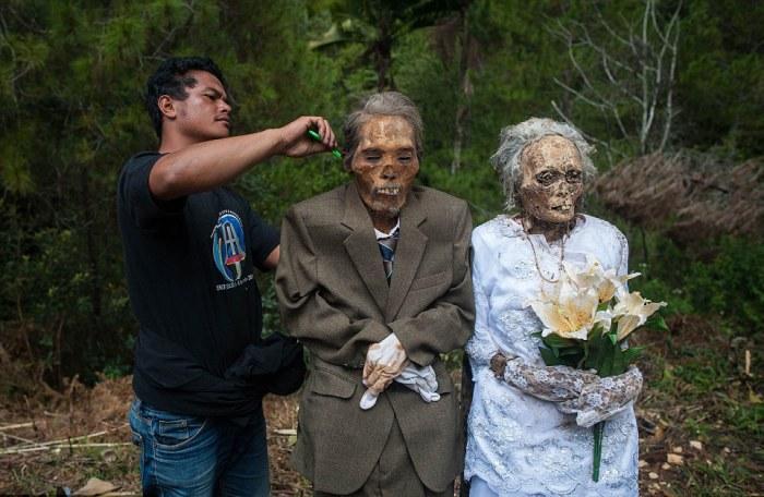 Индонезийское племя выкапывает трупы собственных родственников для семейного фото
