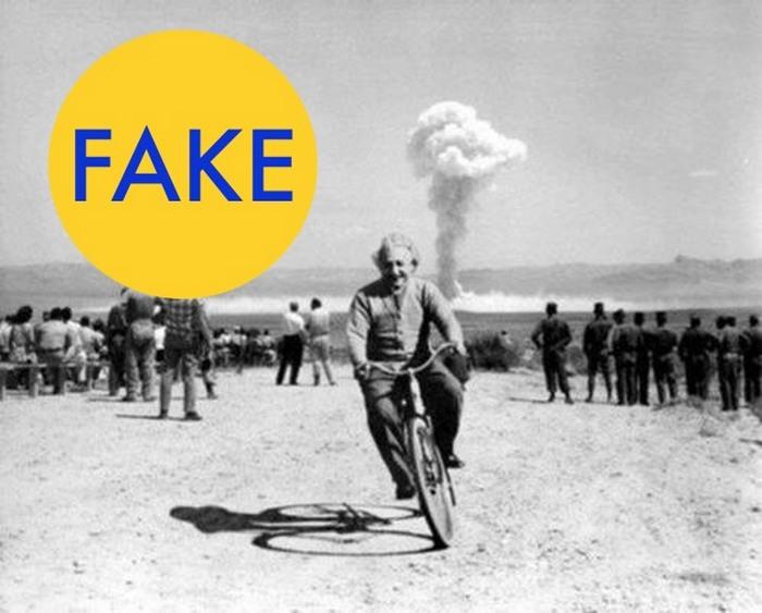 Эйнштейн, колесящий на велосипеде на фоне испытания атомной бомбы.