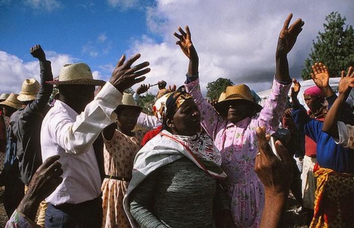Странная традиция: фамадихана - танцы с мертвыми.