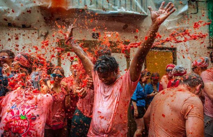 Ежегодный фестиваль бросания помидорами La Tomatina.
