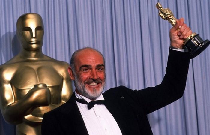 Шон Коннери с Оскаром в руках. фото:seanconneryfan.ru