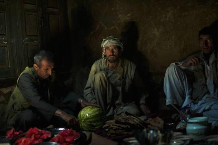 Мужчины ужинают.