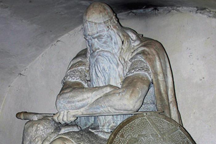 Гигант получил зачарованный меч от феи Морганы.