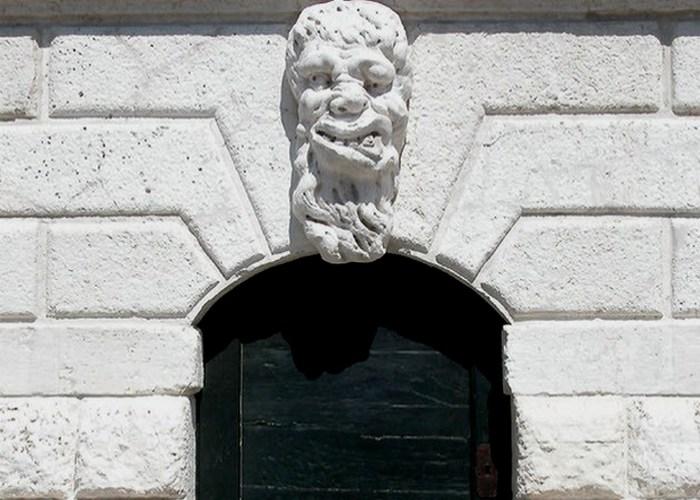 Венецианская маска, защищающая от дьявола.
