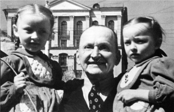 Александр Вертинский с дочерьми Марианной и Анастасией.