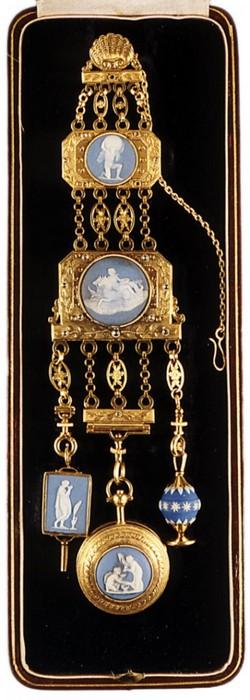 Роскошный шатлен из золота, украшенный бриллиантами и яшмой, на котором подвешены часы, ключи и печать.