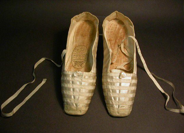 Пара белых атласных туфель, которые надела королева Виктории в день своей свадьбы.
