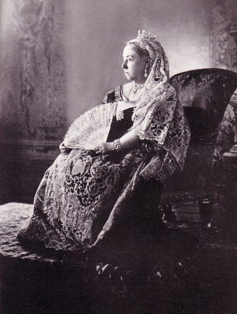Виктория со свадебным веером, позирующая для юбилейного портрета, 1897 год.