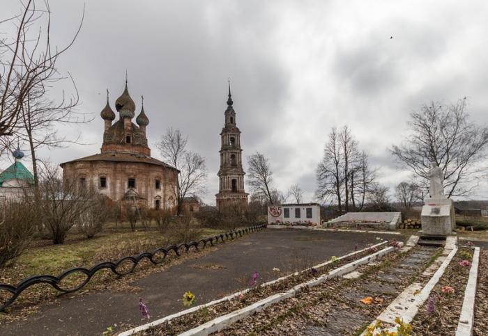 Казанская церковь видна ещё с околицы.