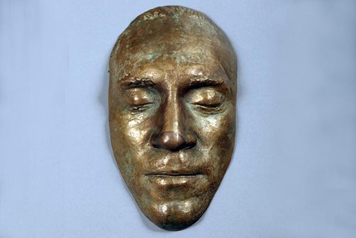 Посмертная маска Высоцкого.