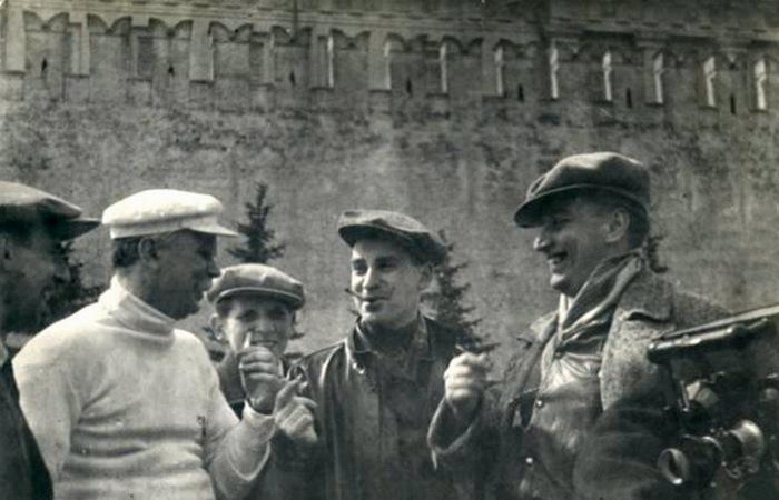 У Кремлевской стены (с Вл.Володиным и Гр.Александровым)./ Фото: kino-teatr.org