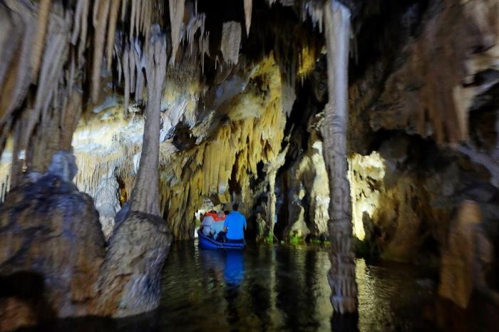 Часть пещеры Алипотрипа открыта для посещений.Через озеро внутри пещеры теперь возят не души умерших, а туристов, приехавших на экскурсию.