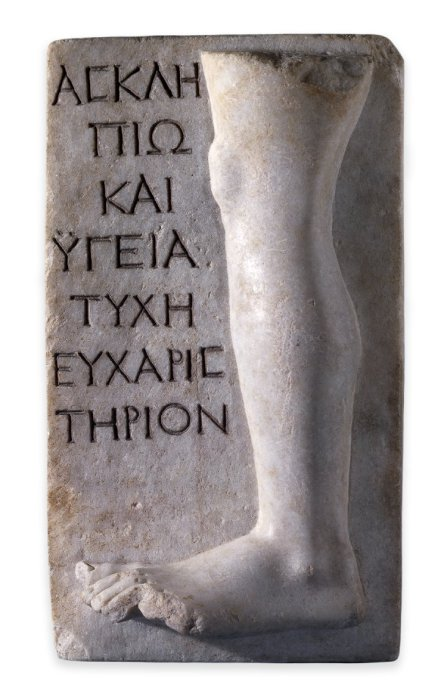 Мраморная плита с рельефным изображением ноги и надписью, означающей примерно это: