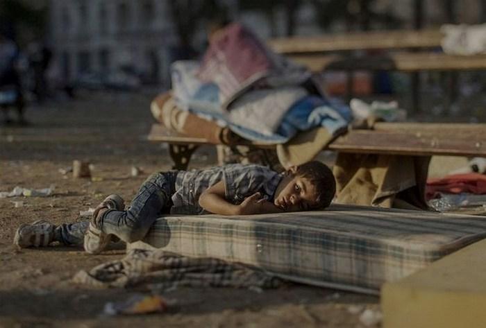 Абдулла, 5 лет. Спит на улице у вокзала в Белграде, Сербия.