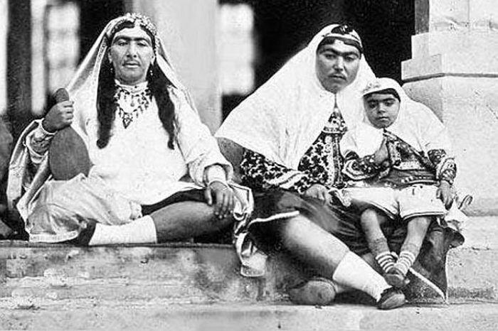 Несравненная Анис аль-Долех - любимая жена шаха (справа).