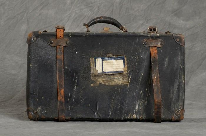Один из 400 чемоданов, найденный на чердаке в  Willard Asylum.