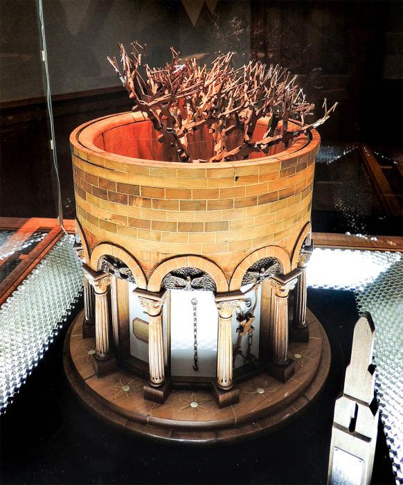 Скульптура из деревяннях плоскогубцев.