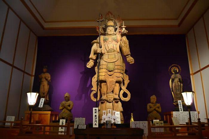 Статуя в храме Кумано Бисямондо.