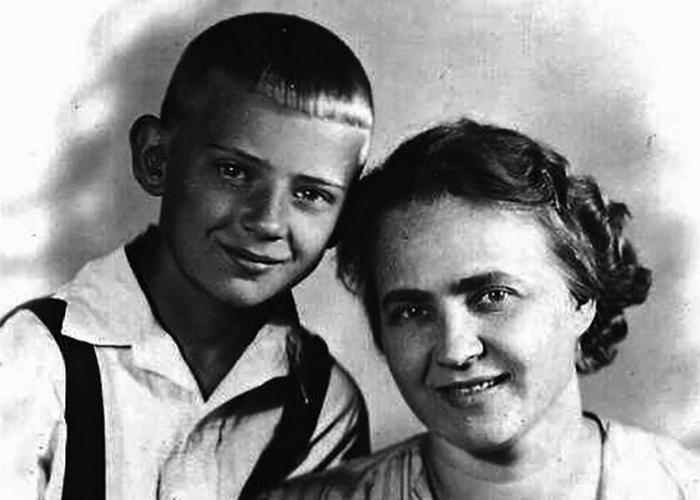Юрий Визбор с мамой. / Фото: 24smi.org